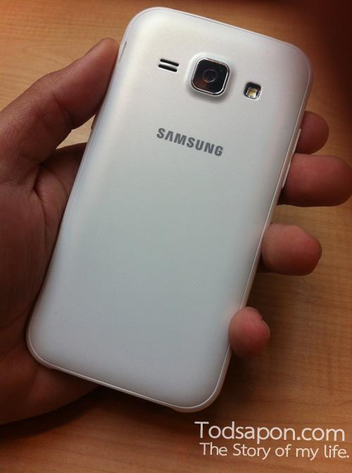 ตัวเครื่องด้านหลังของ Samsung GALAXY J1 สีขาวไข่มุข